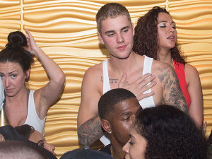 ¡No sólo Mariah! Justin Bieber también hace el 'oso'... ¡mientras bailaba 'Macarena'!