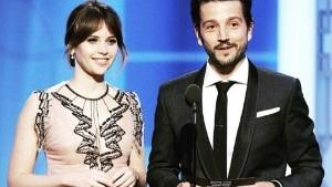 ¡Diego Luna habla en español durante los Golden Globes!