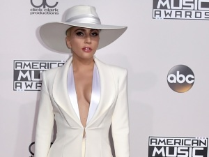 ¡OMG! ¿Lady Gaga es en realidad un travesti? (video)