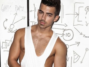 ¡Alerta Súper Hot! Joe Jonas se quita la ropa para sexy campaña (fotos)