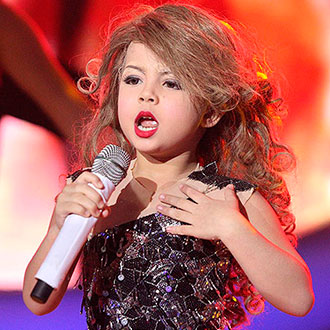 Una adorable niña imita a Taylor Swift