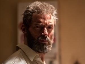 Wolverine se mete en problemas en el nuevo tráiler de Logan