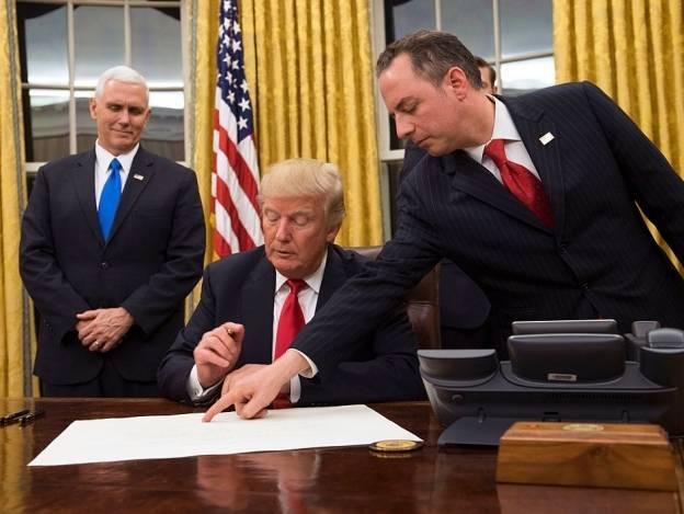 Trump firma orden ejecutiva para 'aliviar las cargas' de la reforma sanitaria