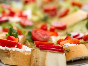 Snacks para ver el Super Bowl: Tochito (pan con queso y jitomate)