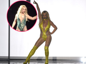 ¡Ops! Britney Spears muestra seno con todo y pezón durante concierto (VIDEO)