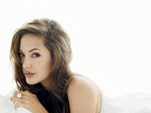 ¡Sigue los pasos de Brad Pitt! Angelina Jolie estrena sexy novio
