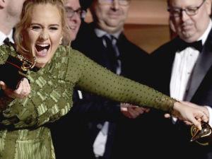 ¡Adele partió su Grammy en dos para compartirlo con Beyoncé!