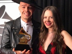 video jesse y joy entrevista grammy 2017 un besito mas