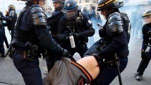 Manifestantes y policías se enfrentan durante una protesta en París