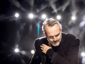 Miguel Bosé se pronuncia contra Trump desde concierto en el Zócalo