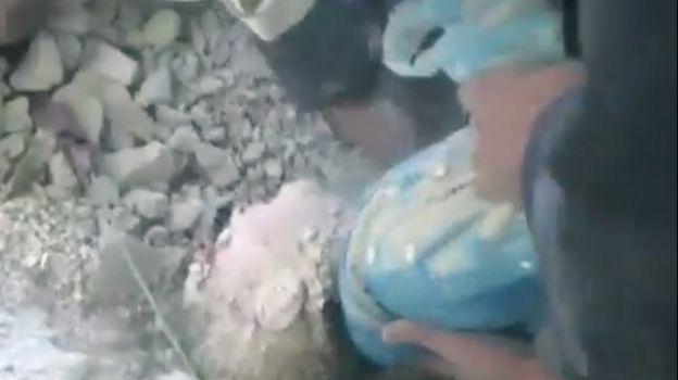 Rescatan a una niña entre los escombros de un edificio en Siria