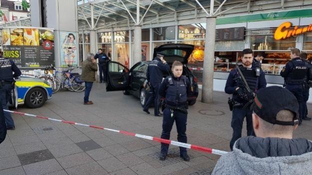 Muere una persona luego de que hombre embiste con auto a peatones en Alemania
