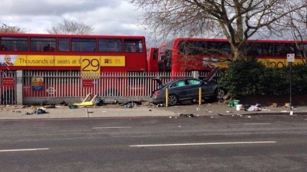 Hombre embiste con auto a peatones en Londres; hay cinco heridos