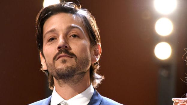 Furioso! Diego Luna explota contra aerolínea en redes sociales