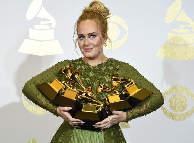 Adele salió corriendo del escenario porque tenía un insecto en el brazo