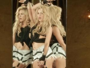 Shakira sorprende a fans con versión acústica de 'Chantaje'... ¡en un parque!