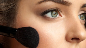 ¿Cómo resaltar tus pómulos con maquillaje?