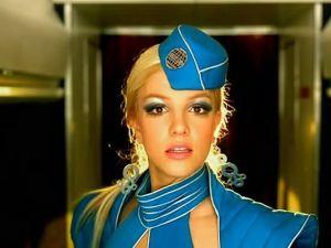Sexy asistente de vuelo recrea 'Toxic' de Britney Spears en video viral