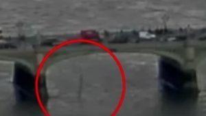 Mujer salta a río para salvar la vida en atentado
