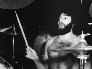 ¡Impactante! Muere baterista a medio concierto