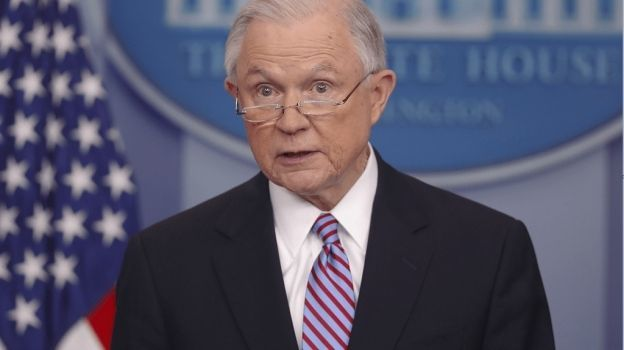 Fiscal Sessions urge a 'ciudades santuario' a deportar a indocumentados