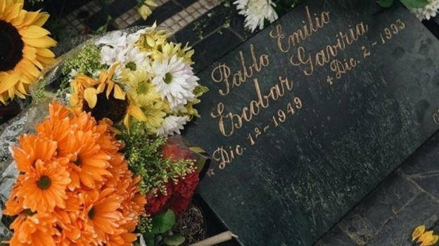 Wiz Khalifa lleva flores a tumba de Pablo Escobar