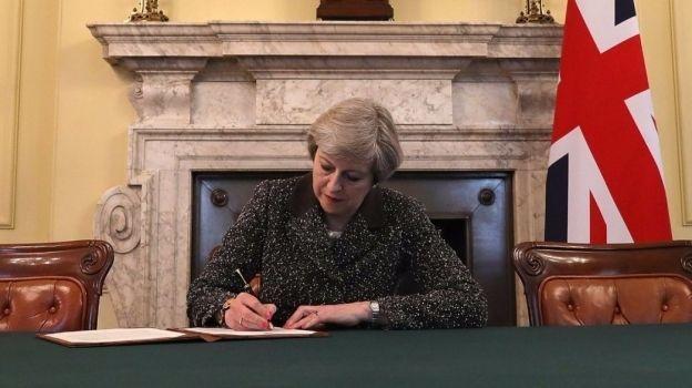 Theresa May firma la carta que iniciará el brexit