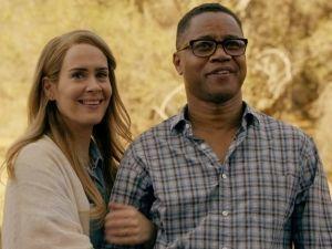 Actor de 'American Horror Story' escandaliza por levantar vestido a su compañera