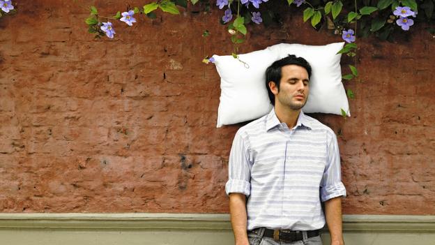¿En qué posición duermes? Te decimos que almohada debes tener