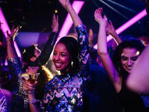 ¿Qué hacer si a tu pareja no le gusta que salgas de noche y de fiesta?