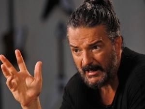 ¡Ni aguanta nada! Arjona enfurece y abandona entrevista (VIDEO)