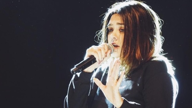 Yuridia insulta a fan con la 'Britney señal' en un concierto (video)