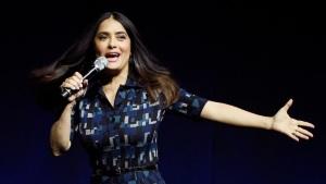 Salma Hayek canta y baila al sensual ritmo latino de la salsa