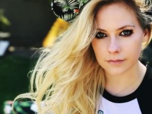 TOP 5: Estrellas pop que lanzaron terribles canciones en español