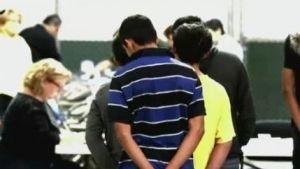 Migrantes denuncian abusos en centros de detención en EU