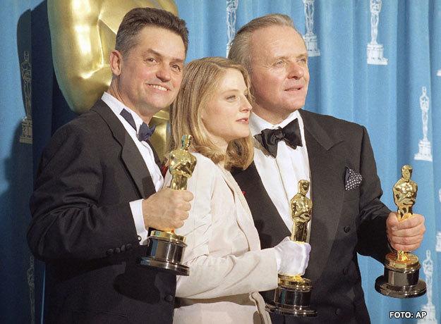 Jonathan Demme, Anthony Hopkins y Jodie Foster en la entrega de premios Oscar de 1992