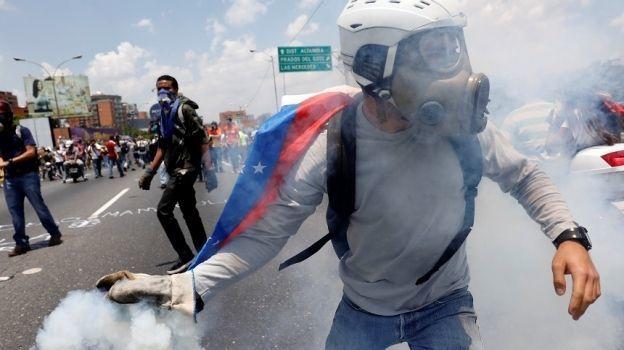 Suman 27 muertos en Venezuela durante protestas contra Maduro