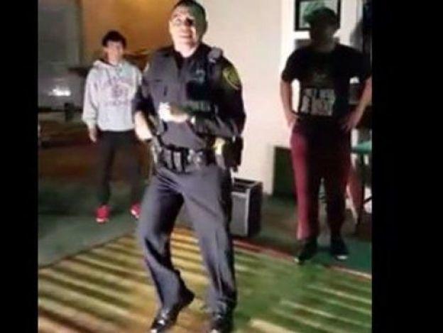 Policía de EU atiende queja por ruido de una fiesta y se queda a bailar