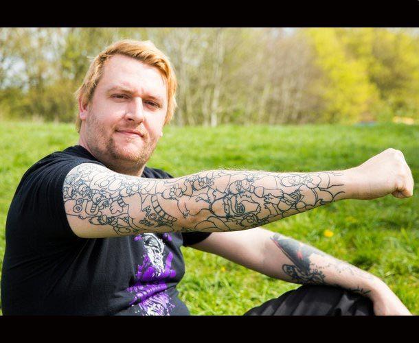 Un hombre se tatuó 52 veces a