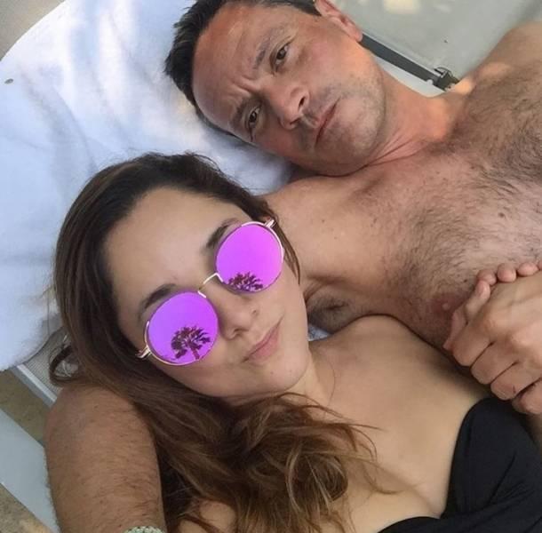 Sherlyn apareció luciendo bikini, mientras que su novio dejó su torso al descubierto con muy poca ropa