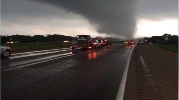 Tornado deja cinco muertos en Texas