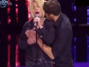 ¡Qué indignante! Cantante es manoseada durante programa de TV (VIDEO)