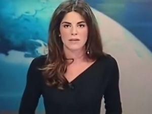 ¡OMG! Conductora de noticias enseña parte íntima en TV (VIDEO)