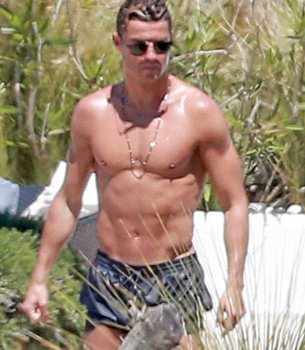 Cristiano Ronaldo lanza calientes miradas a su novia semidesnuda