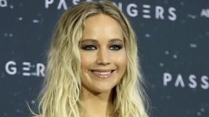 Jennifer Lawrence se arranca el corazón en extraño póster de Mother