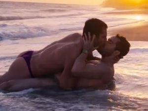 Alfonso Herrera aparece en tanga en ardiente escena gay de 'Sense8'