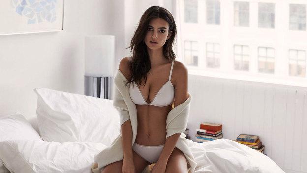 ¡ALERTA HOT! Emily Ratajkowski se deja 'manosear'... ¡por sexy modelo!