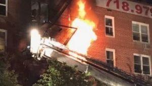 Participan 250 bomberos para combatir incendio en edificio de Nueva York