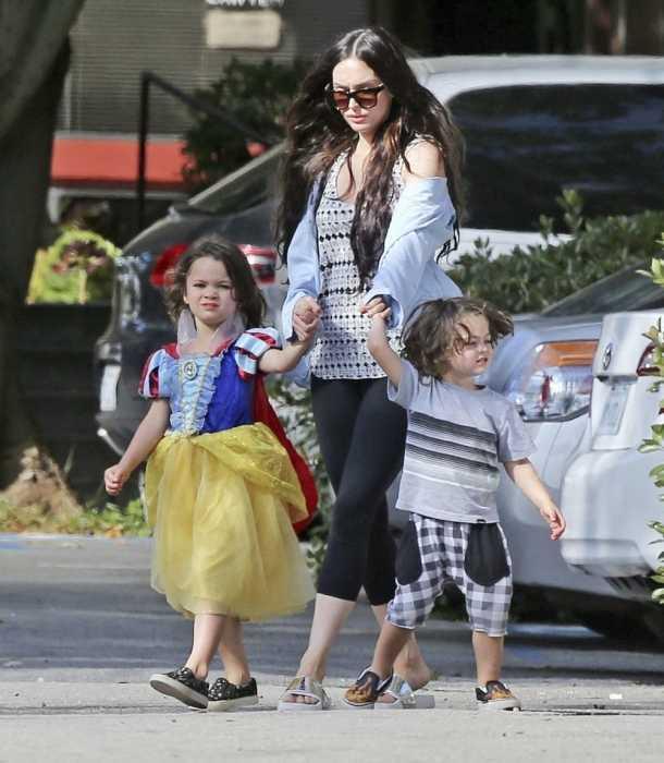 Megan Fox apareció con su hijo Noah vestido como mujer