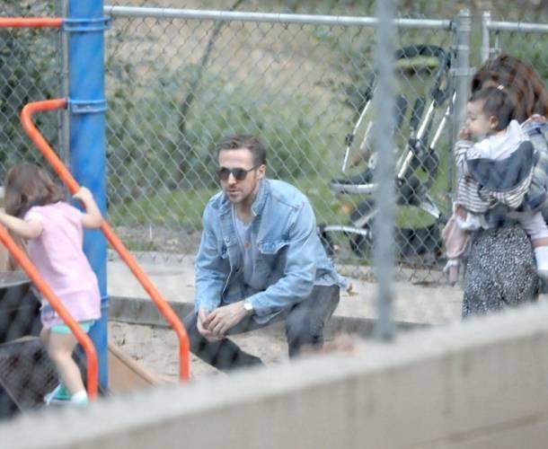 Eva Mendes y Ryan Gosling son captados con sus hijas en un parque